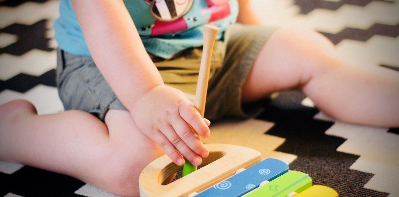 Cum faci jucării cu materiale pe care le ai în casă