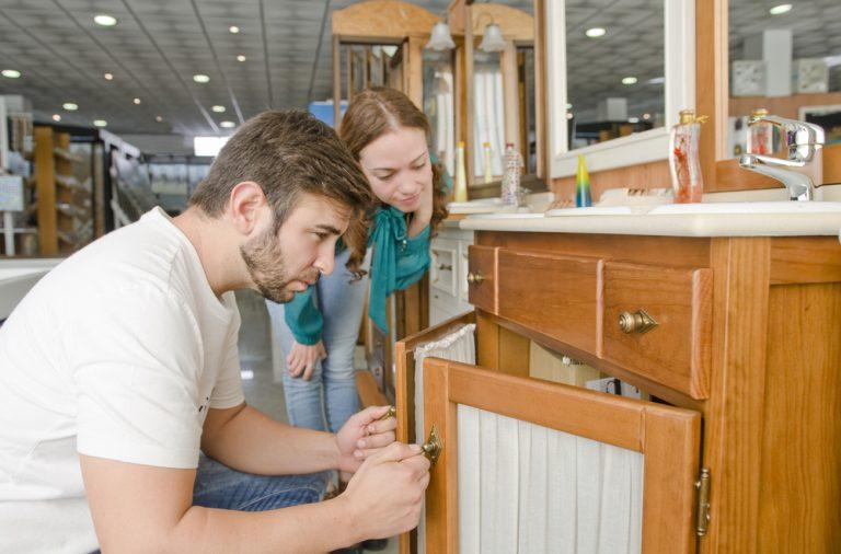 Amenajarea baii cu mobilier la mana a doua