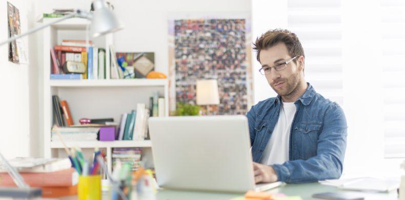 Amenajarea biroului de acasă: cum transformi materialele reciclabile în accesorii utile