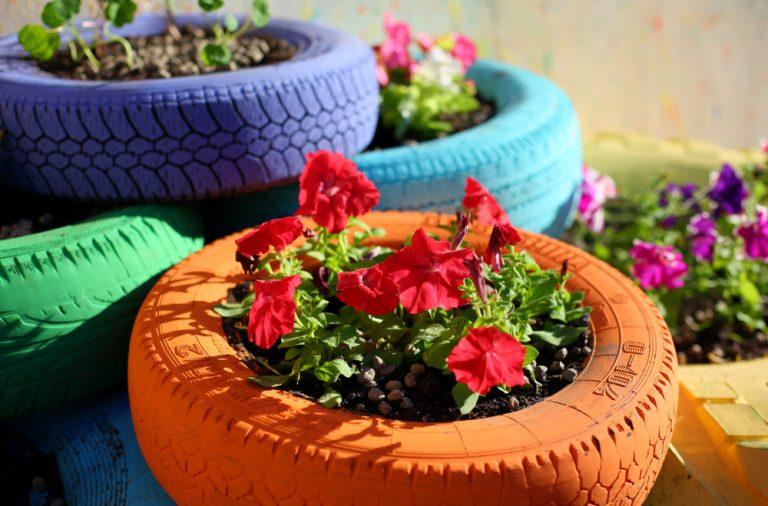 Ornamente din cauciucuri vechi pentru flori si gradina