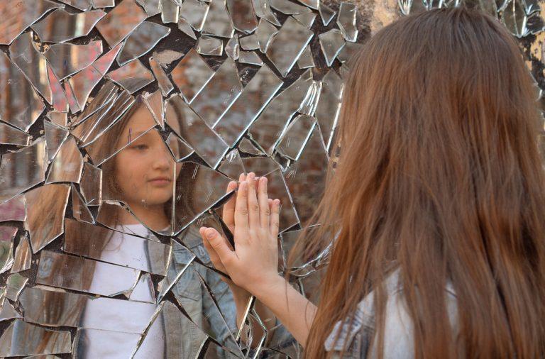 ce poti face cu o oglinda sparta