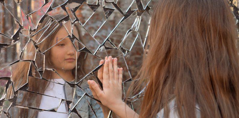 Ce să faci cu o oglindă spartă ca să nu o arunci – idei DIY