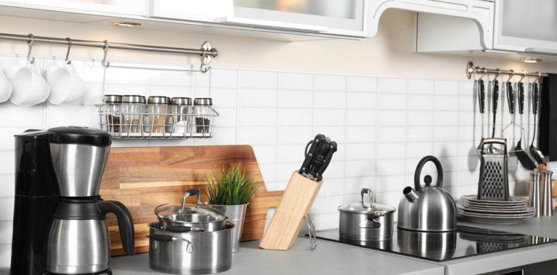 Cum organizezi obiectele din bucătărie și ce faci cu lucrurile pe care nu le mai folosești – sfaturi practice