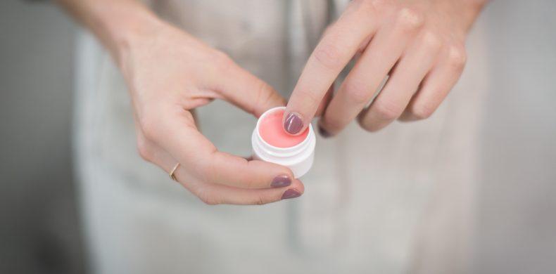 Cum să-ți faci balsam de buze natural, acasă