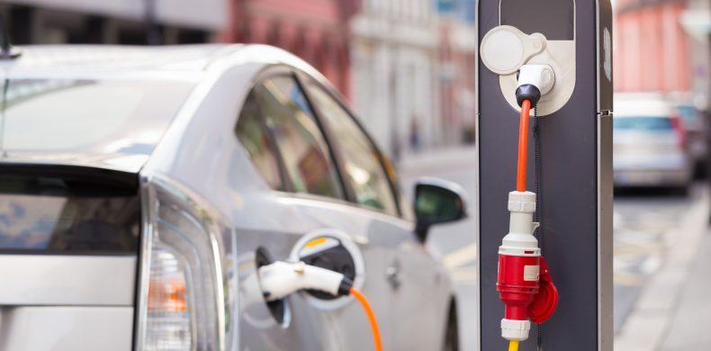 Maşina electrică vs. hibrid vs. plug-in. Avantajele şi dezavantajele lor